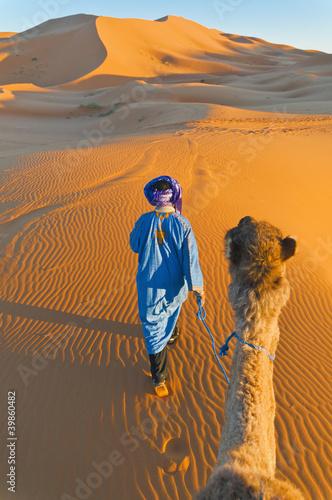 Berberyjski odprowadzenie z wielbłądem przy Erg Chebbi, Maroko