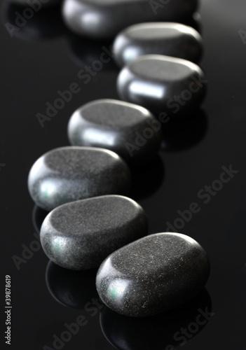 zdrojow-kamienie-na-popielatym-tle