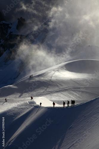 grupa-alpinistow-w-drodze-do-mont-blanc-o-swicie