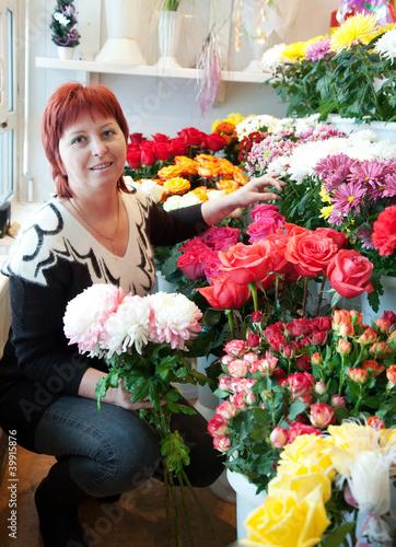 Fotografía  florist in her small  flower shop