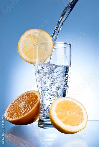 szklo-wodne-mineralne-z-cytryna-i-pomarancza-na-niebiesko
