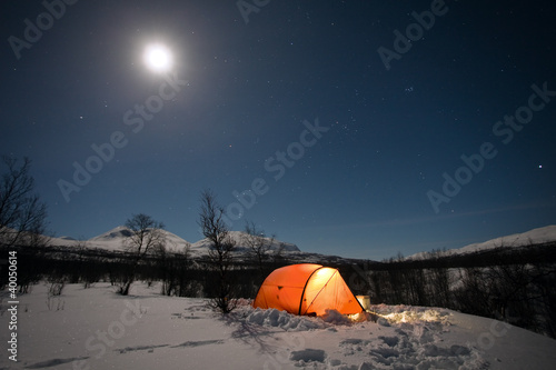 Photo Stands Camping Caming im Winter unter dem Mond