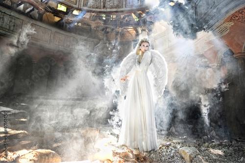 Photo  Beautiful angel woman in theatre