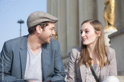 Photo  Couple discutant sur la place du Trocadéro - Paris - France