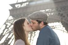 Couple Devant La Tour Eiffel - Paris