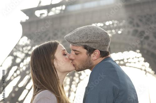 Fotografie, Obraz  Couple devant la Tour Eiffel - Paris