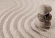 pierres galets en équilibre dans le sable