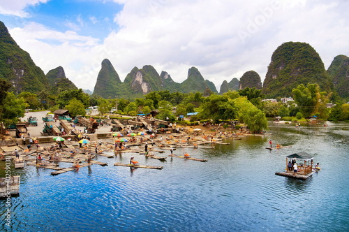 Fotobehang Guilin Bamboo rafting in Yangshuo li river