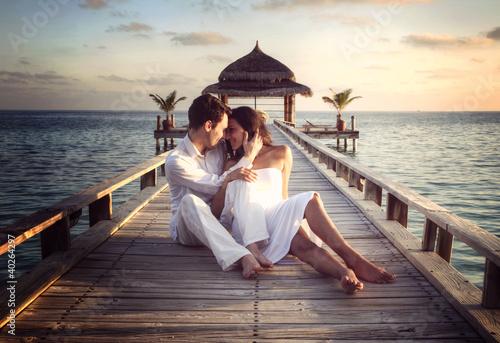 einzelne bedruckte Lamellen - Sensual happy couple with white clothes on a pier (Maldives) (von XtravaganT)