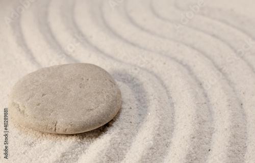 Photo sur Plexiglas Zen pierres a sable galets simplicité sur sable fin