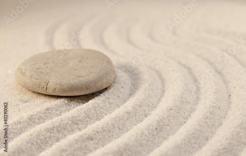 Photo sur Plexiglas Zen pierres a sable simple galet sur le sable