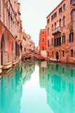 Wenecja, kanał z szczegółem mostu. Fotografia długich ekspozycji. - 40306489