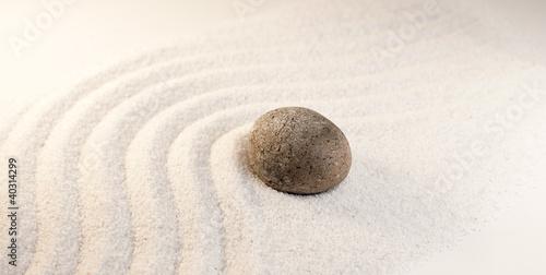 Photo sur Plexiglas Zen pierres a sable pierre dans le sable simplicité méditation