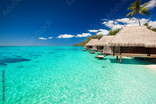 Foto Rollo Basic - Villas on the tropical beach with steps into water (von Martin Valigursky)