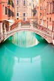 Wenecja, most na kanale wodnym. Fotografia długich ekspozycji. - 40334648