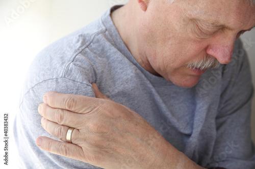 Fényképezés shoulder pain in a senior man