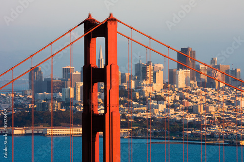 golden-gate-bridge-i-w-centrum-san-fransisco-przy-zmierzchem