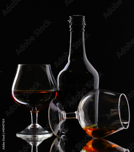 Plakaty dydaktyczne szkla-brandy-i-butelka-na-czarnym-tle