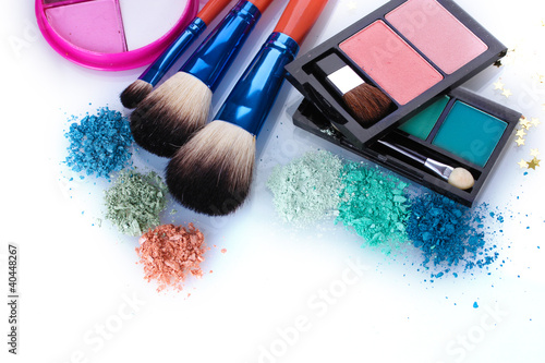 Fotografía  eye shadow and make-up brushes isolated on white