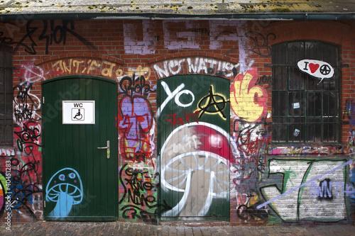 Foto op Canvas Route 66 WC Tür mit Graffiti