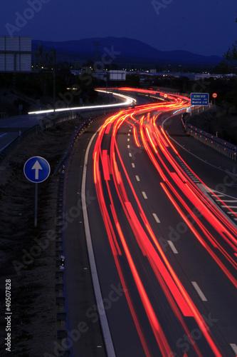 Pilotos traseros de coches en movimiento