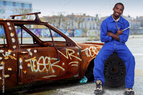 Fotografia, Obraz  Urban mechanic with a graffitied car