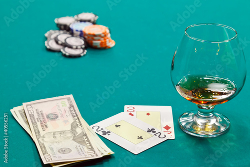 Photo a glass of liquor and cards and dollars