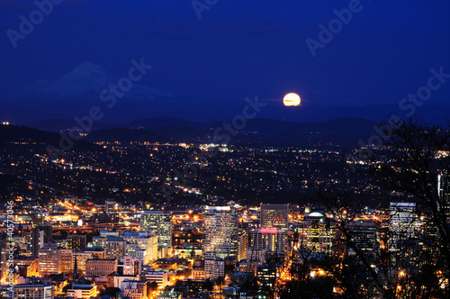Spoed Foto op Canvas Volle maan Beautiful night view cityscape from pittock manson