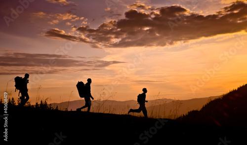 In de dag Kamperen hikers on sunset