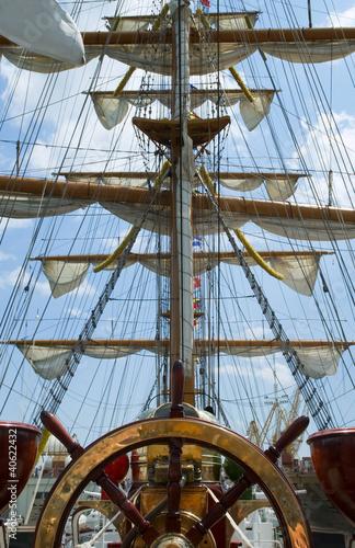 Old ship wheel - 40622432