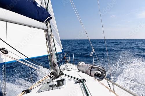 predkosc-jachtu-na-morzu