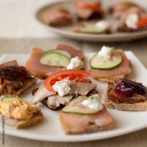 Obraz kanapka pomidor ogórek sos czosnek szynka pieczeń ser - fototapety do salonu