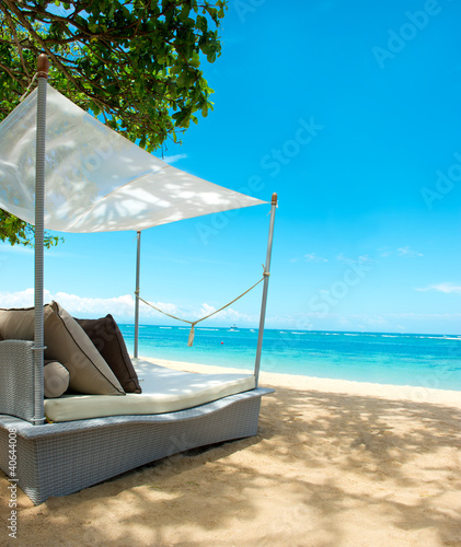 "Community-Maske mit Motiv ""Wolf"" - luxury relax chair on a beautiful tropical beach (von LiliGraphie)"