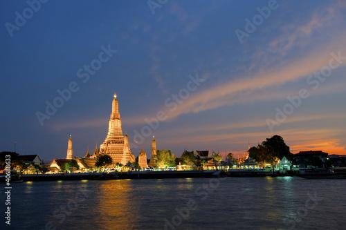 In de dag Bangkok Wat Arun at sunset