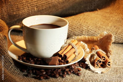 Spoed Foto op Canvas koffiebar cup of coffee and beans, cinnamon sticks and chocolate