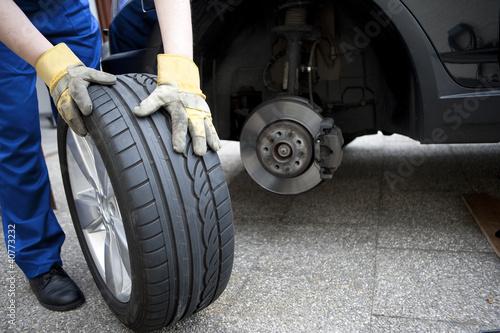 Valokuva  Reifenwechsel am Auto