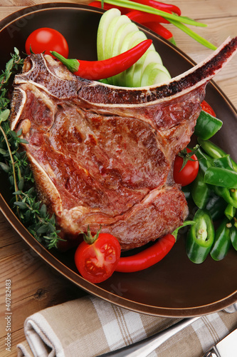 In de dag Grill / Barbecue savory : roasted beef spare rib on dark dish with pepper and tom