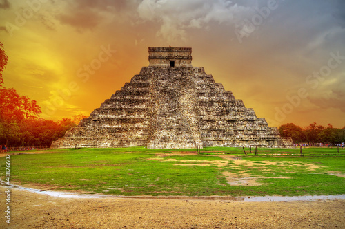 Papiers peints Mexique Kukulkan pyramid in Chichen Itza at sunset, Mexico