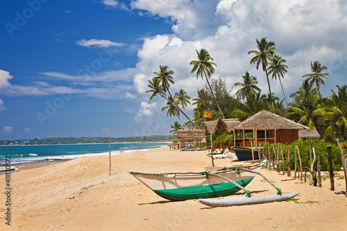"Community-Maske mit Motiv ""Wolf"" - deserted tropical beach with boat, Sri lanka (von Freesurf)"