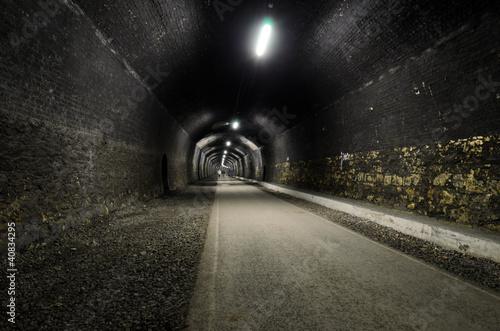 Montage in der Fensternische Tunel Headstone Tunnel
