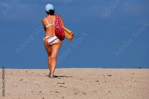 baigneuse marchant sur le sable Canvas Print
