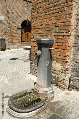 Fototapety, obrazy: Drinking fountain on the streets of Sienna