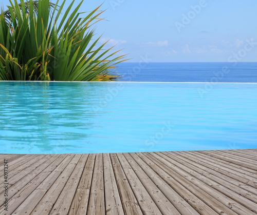 Naklejka na kafelki piscine à débordement, margelle bois