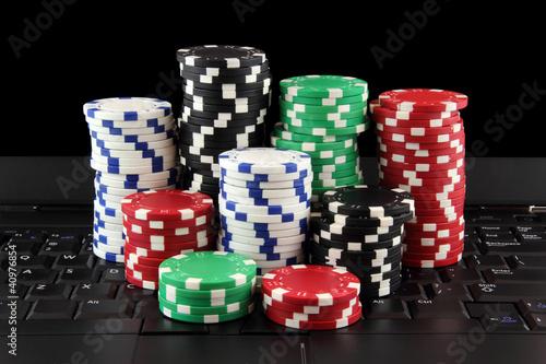 Plakaty o nałogach stos-zetonow-do-gry-w-kasynie-na-klawiaturze-gry-online
