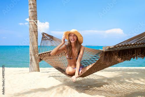 Fotografía  Vivacious beautiful woman in hammock