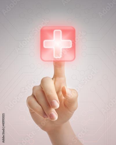 recznie-naciskajac-przycisk-medyczny