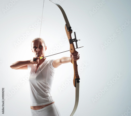 Fotomural Beautiful woman aiming with bow and arrow