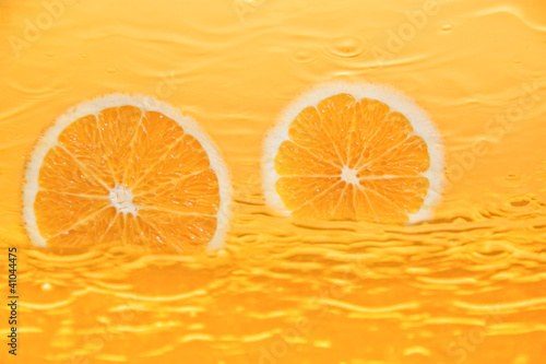 La pose en embrasure Tranches de fruits Frischer Orangensaft