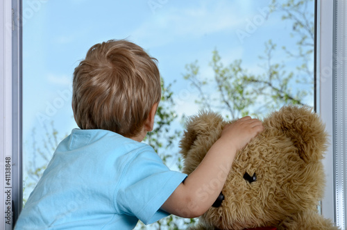 Junge mit Teddy am Fenster Billede på lærred