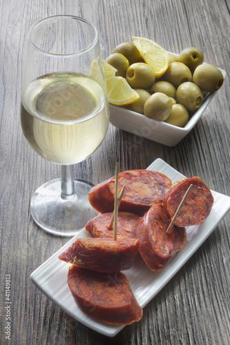 tapas españolas de chorizo y aceitunas